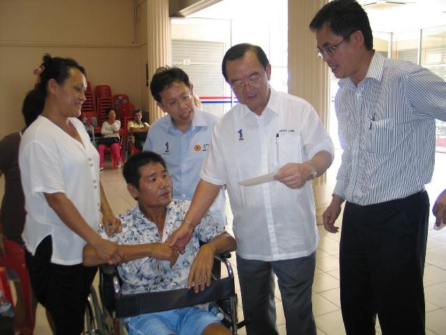 陈开与党领袖,丹斯里陈华贵及沈桂贤医生给于协助。