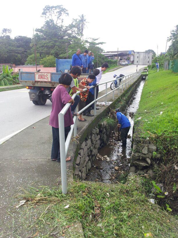 陈开率领南市工作人员清理沟渠防灾。