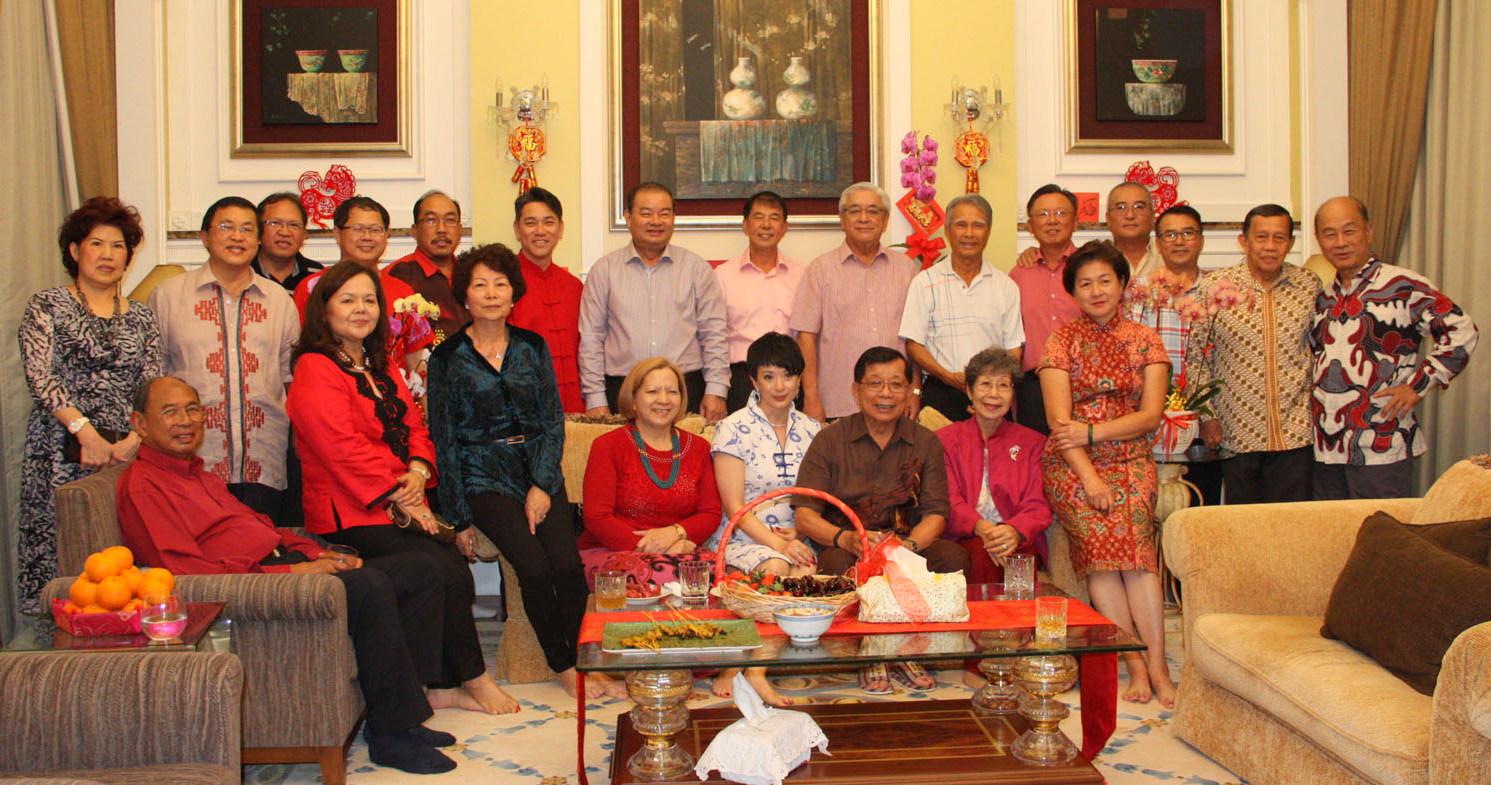 陈康南伉俪与上门贺岁的嘉宾合摄。