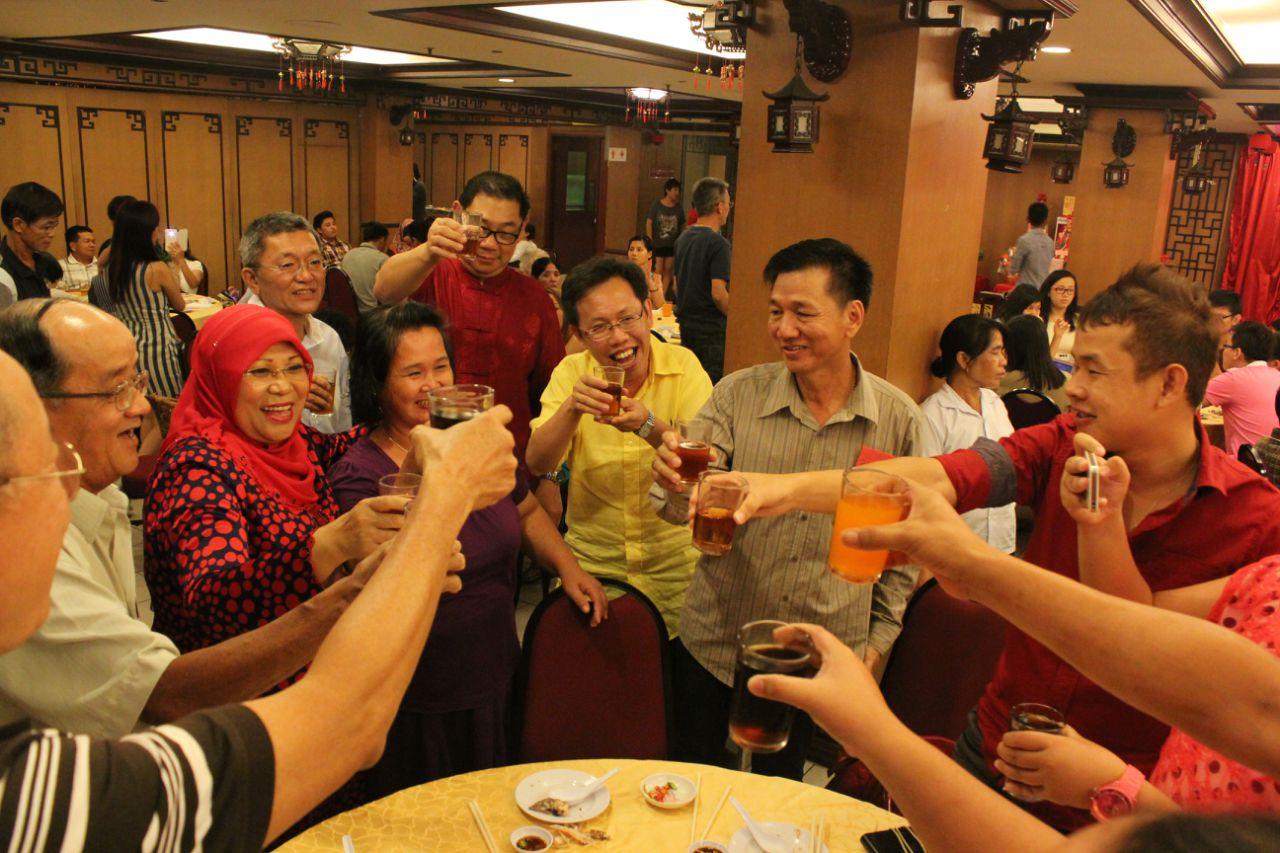 部長及貴賓沈桂賢向來賓一同歡慶佳節。
