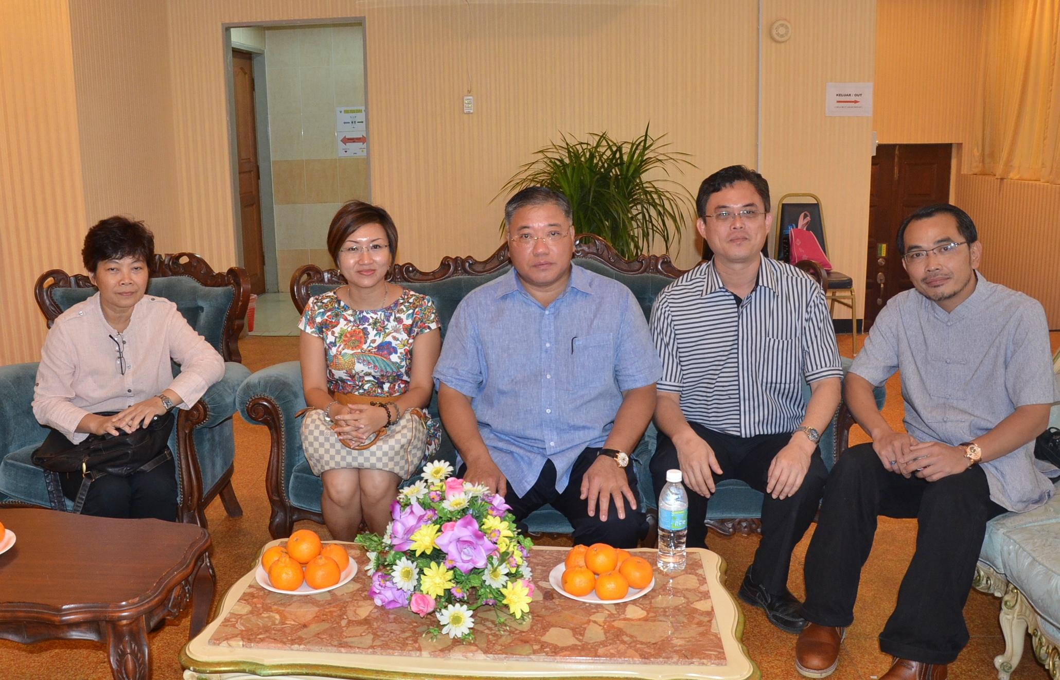 民都鲁国会议员张庆信与人联党青年团总团长陈开(右二)、中央执行秘书官水华(左一)及妇女组主席郑丽萍(左二)一起合影。