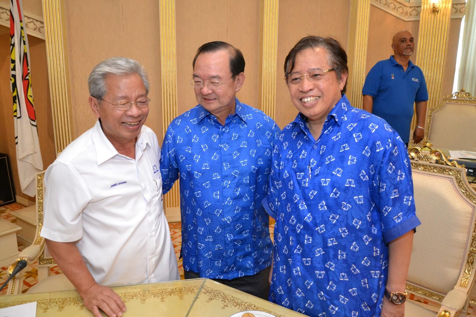 人联党党魁陈华贵(中)与土保党第二署理主席阿邦佐哈里(右)及人民党主席詹玛欣愉快合影。