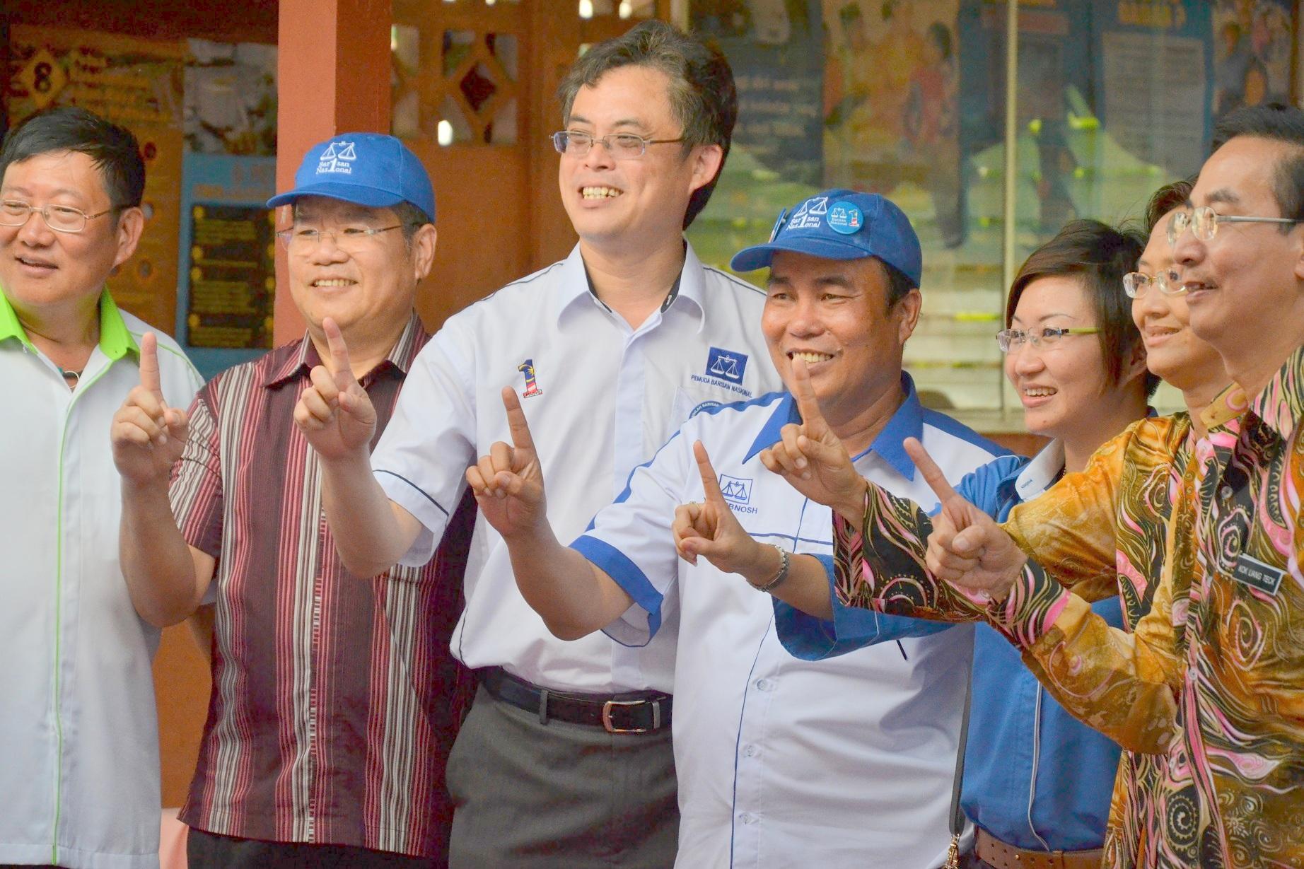 人联党领袖包括青年团总团长陈开及妇女组主席郑丽萍与国阵万年烟补选候选人尤昔诺斯合影。
