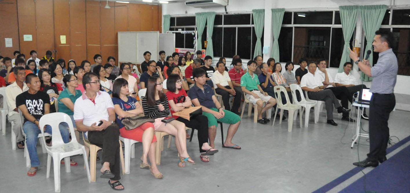 砂人联党青年总团教育局的教育主任赖发财与学子们讲解升学资讯。