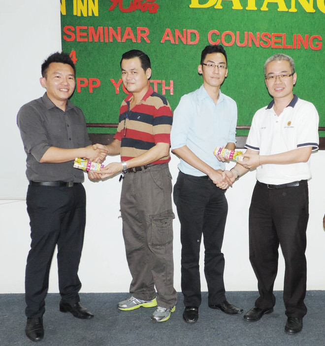 Teng Ung Woo,  right and Education Group Director Lam Chiu Chin, presented souvenirs to the speakers from Kuching