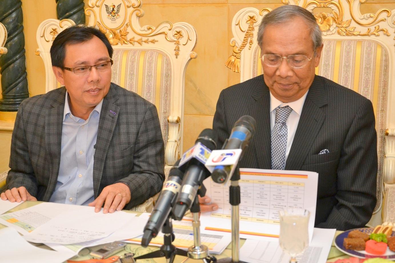 首长阿德南沙登展示万年烟补选数据,左为州国阵秘书斯蒂芬伦迪。