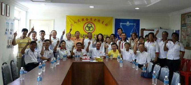 党主席陈华贵在老越支部交流后与众同志合影。