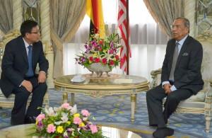中国驻古晋领事馆总领事刘全(左)与首长阿迪南沙登交流。