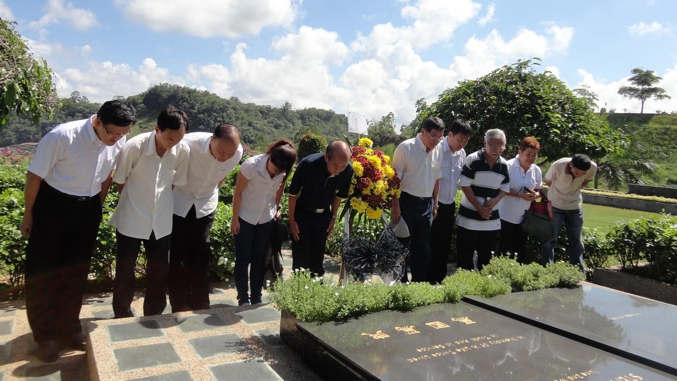 砂人联党的众代表在富贵山庄墓园的已故丹斯里杨国斯夫妇墓前献花致敬。