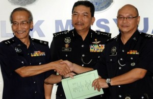 Supt Moses, left handing over duty to Lukas witnessed by DCP Dato Mohd Sabtu
