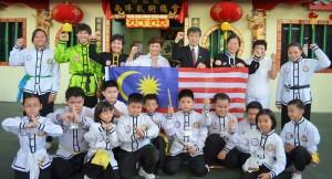 首相署部长南茜苏克里(左四)为代表团授旗,左三为教练拿督斯里杨柳艳。右四为总教练拿督斯里宋瑞喜、右三为黎丽思教练。