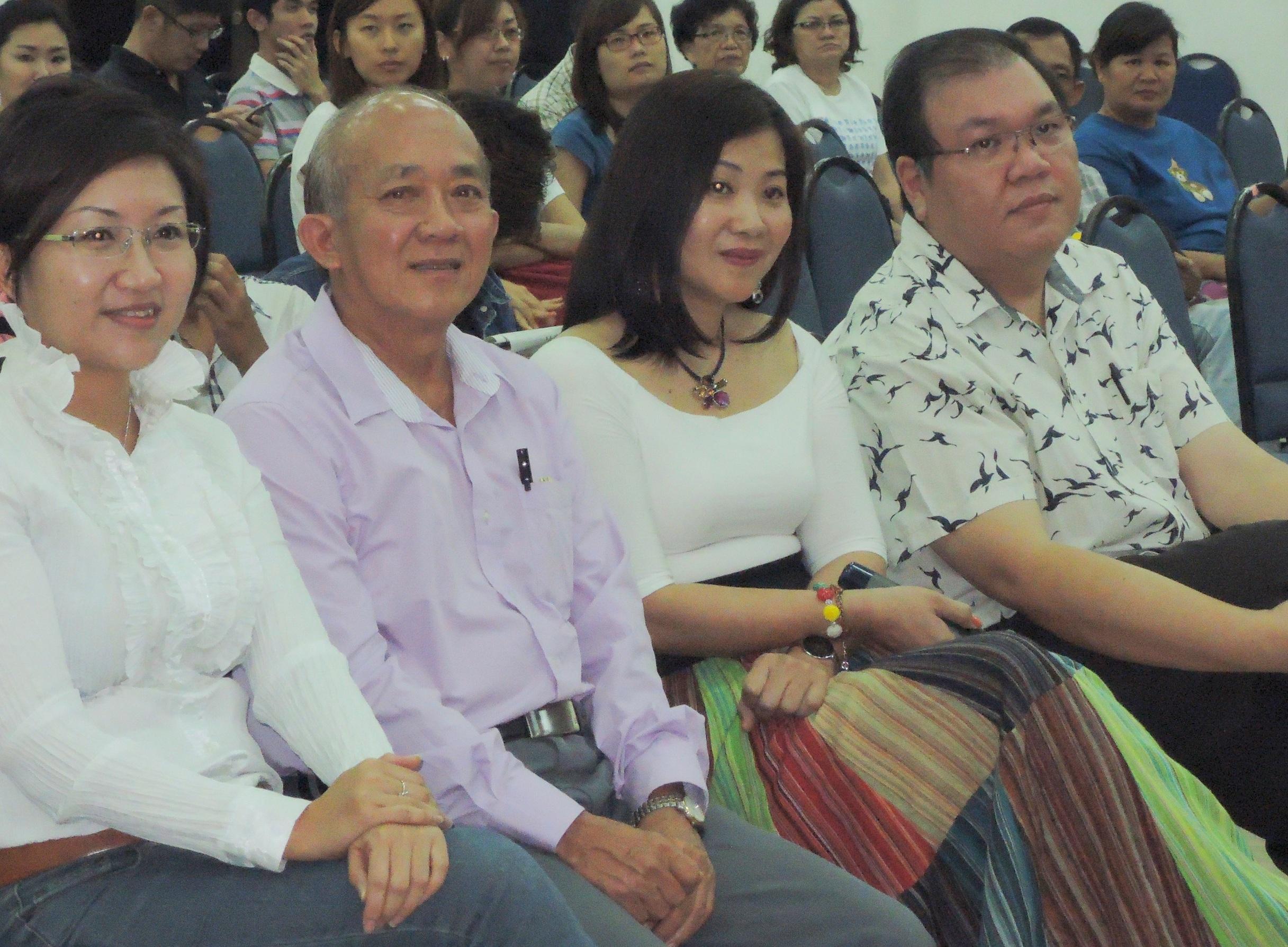 人联党妇女组主席郑丽萍与嘉宾们聆听分享会。