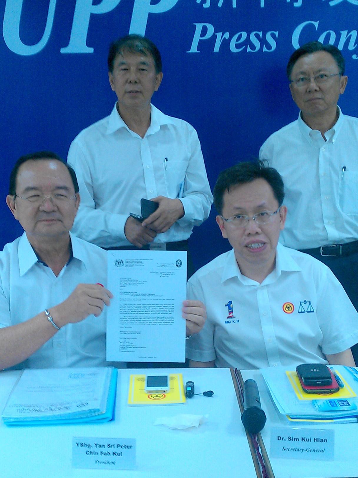 党主席丹斯里陈华贵展示大马社团注册局来函,其旁为秘书长沈桂贤医生,后左一为宣教秘书拿督陈超耀,右一为谢超发。