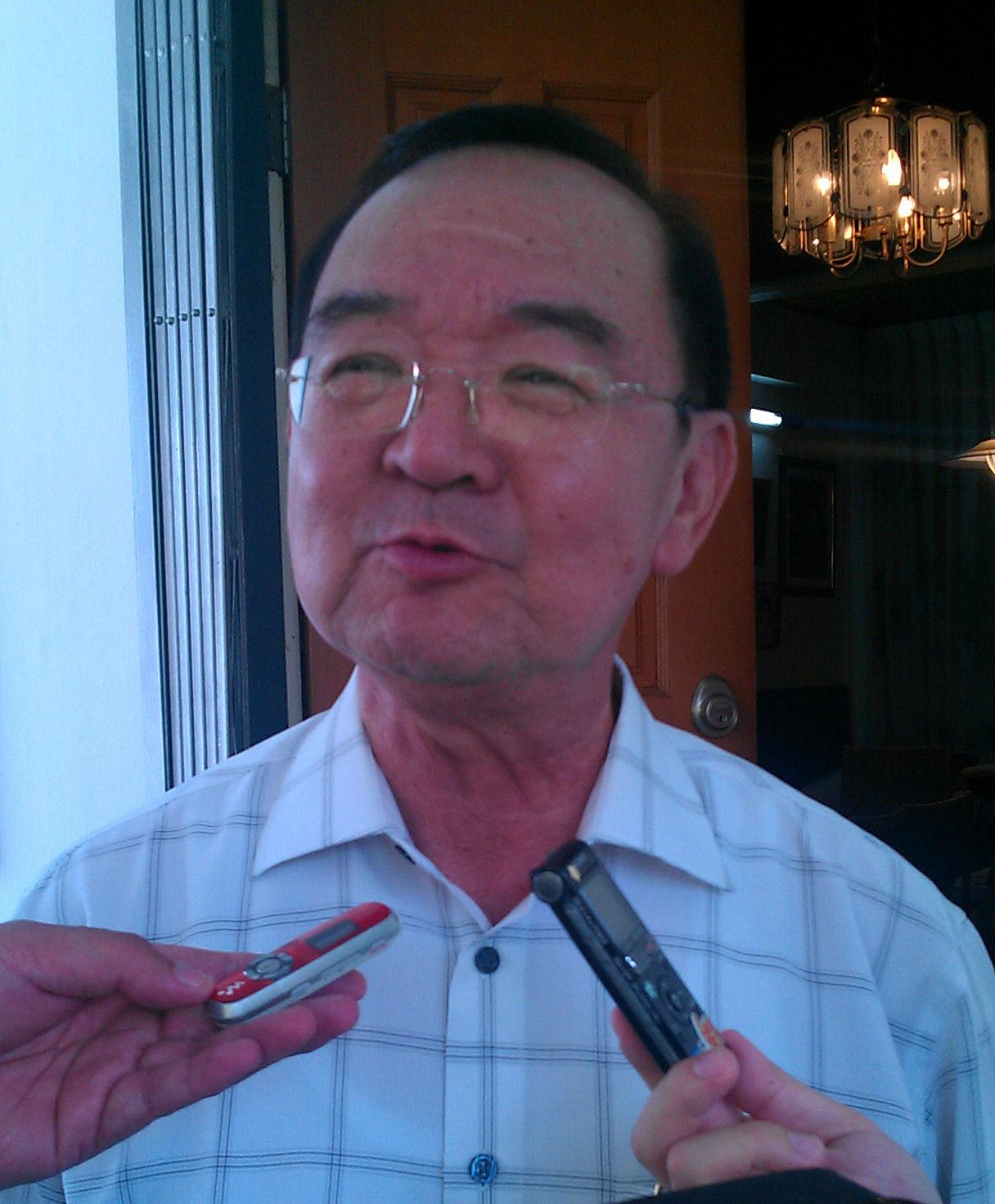 砂拉越人民联合党主席丹斯里陈华贵强调,退党者应该辞去官职及州议员身份。
