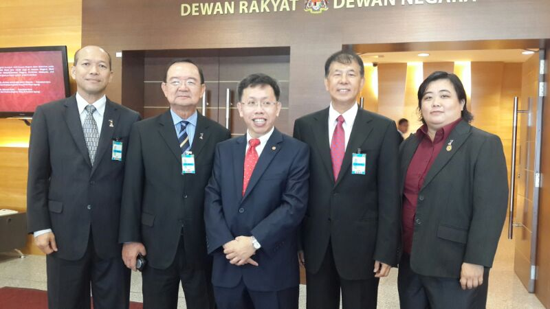 砂人联党领袖与刚宣誓上议员的沈桂贤医生合影,在场包括党主席丹斯里陈华贵及中央宣教秘书拿督陈超耀。