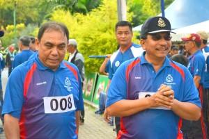 砂州警察总监莫哈末沙都摄于活动上,左为古晋警区主任罗斯兰。