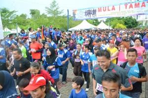 开跑咯!参与者奋力起跑,追求胜利。