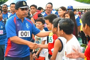 Sarawak CP , Mohd Sabtu meeting the young runners