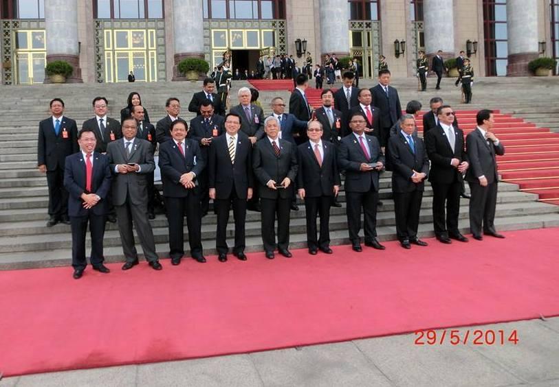 马来西亚访华代表在天安门广场合影。