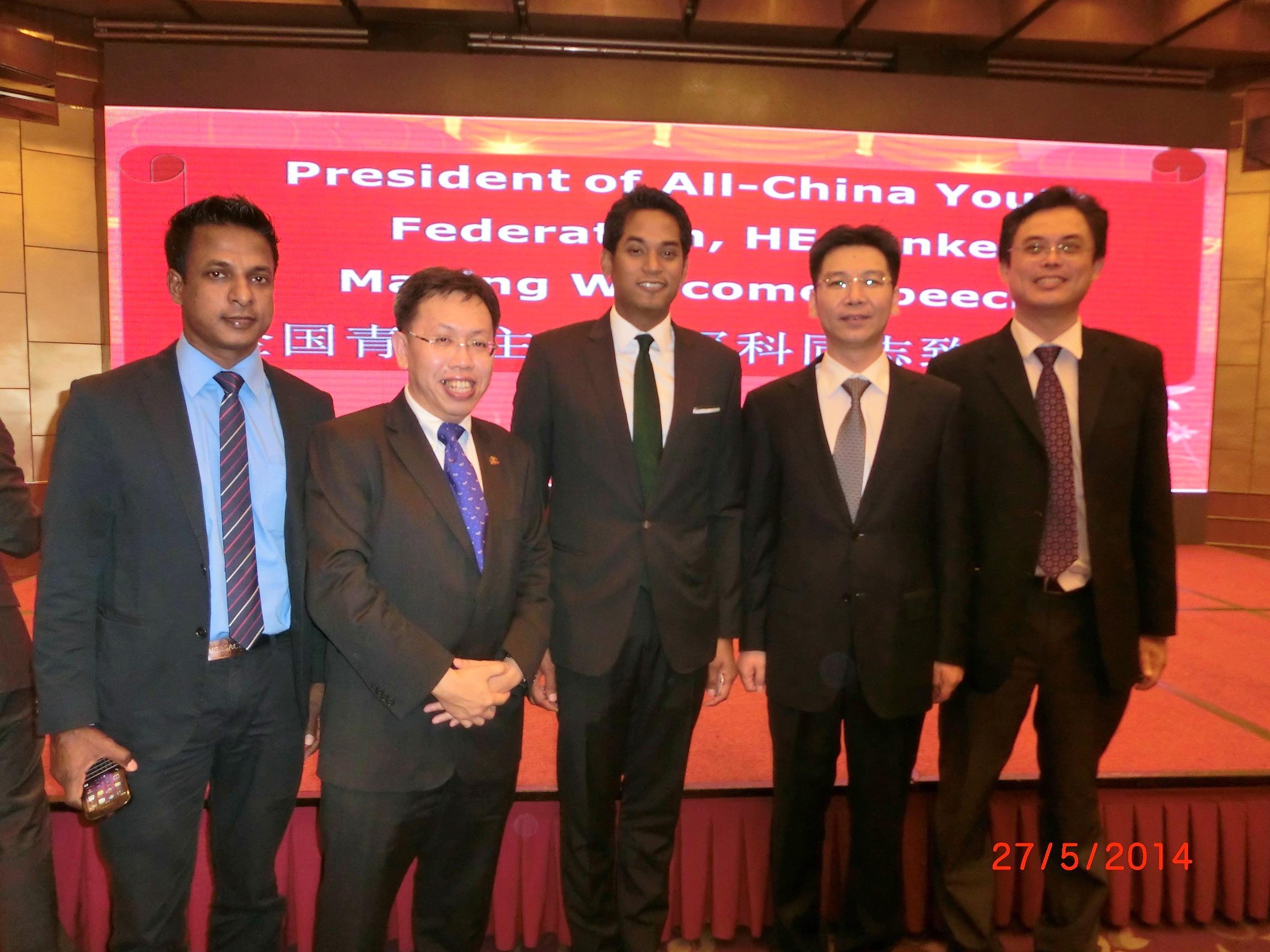 众人于中华全国青年联合会主席贺军科所设的晚宴上合影。