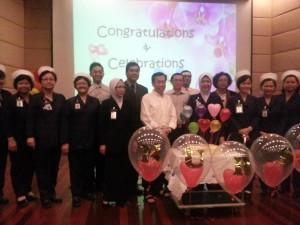 拿督沈桂贤与心脏专科中心的护士与医生们合影。