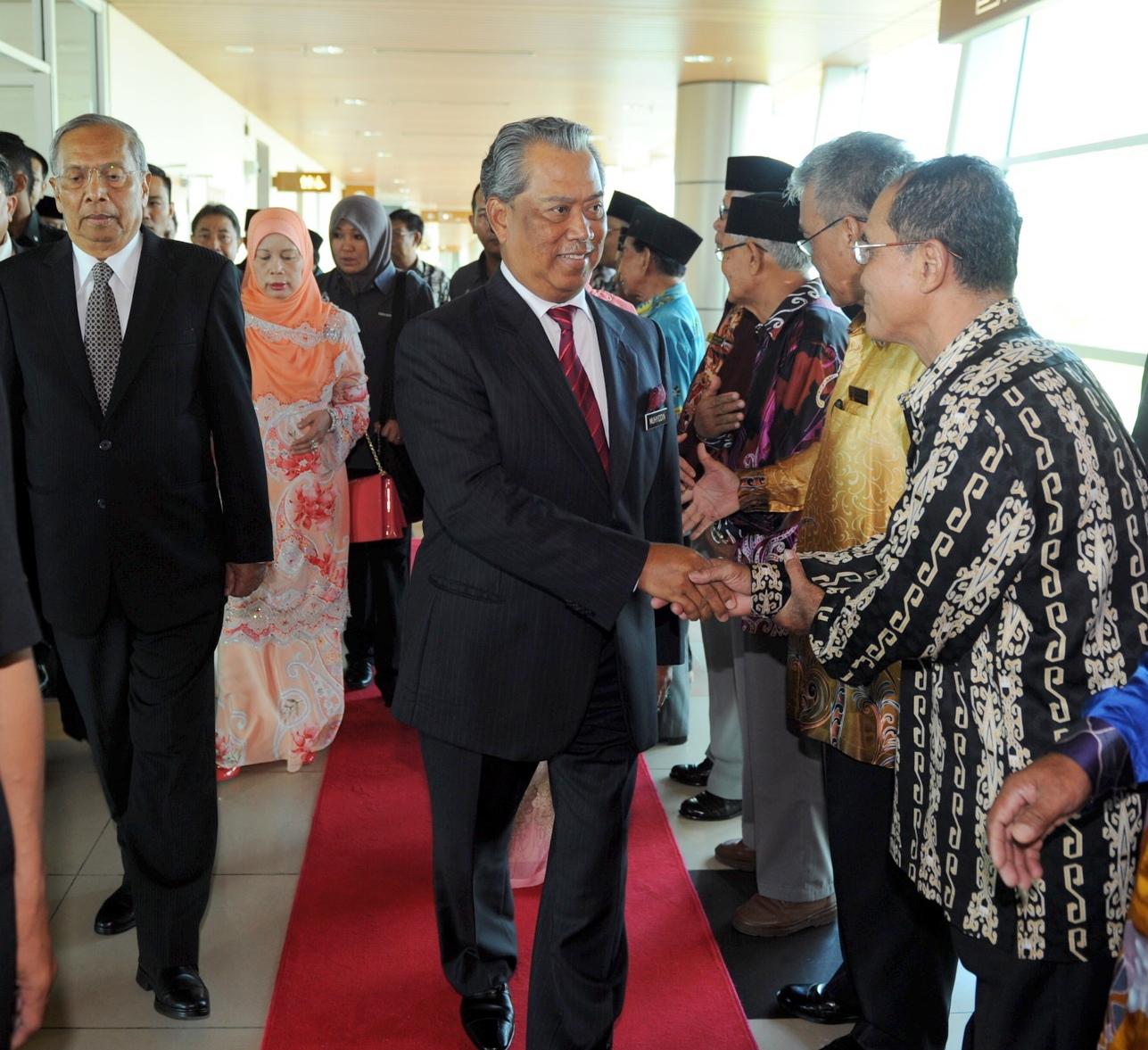 副揆慕尤丁抵达古晋国际机场时受到热烈欢迎,左为首长阿德南。