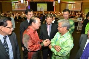 人联党陈华贵与人民党主席詹玛欣交流。