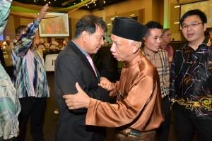拿督陈超耀与穆斯林朋友亲切交流。