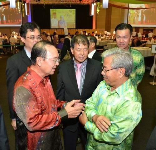 Tan Sri Peter Chin meet up with Tan Sri James Masing. Looking on are Dato' Sebastian Ting, Tan Kai