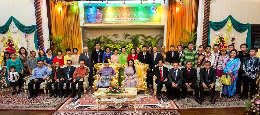 陈华贵率领党领袖向州元首敦丕显斯里泰益玛目及夫人杜潘拉嘉古迪泰益贺节。