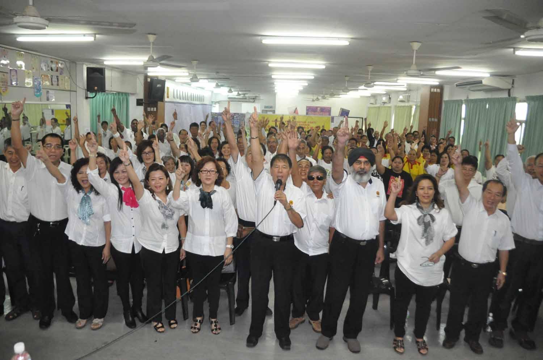 陈超耀率领党员高喊砂哈迪。
