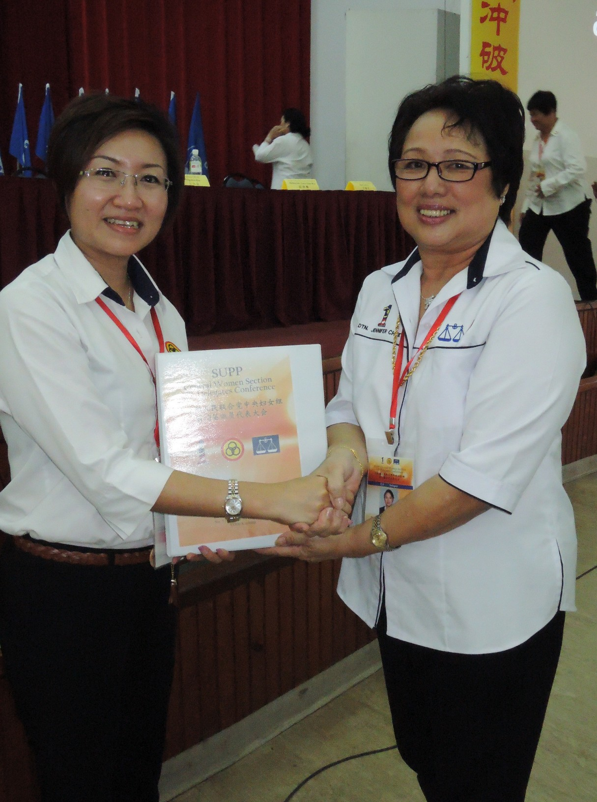 中央妇女组卸任主席郑丽萍(左)移交职权予新任主席徐美丽。