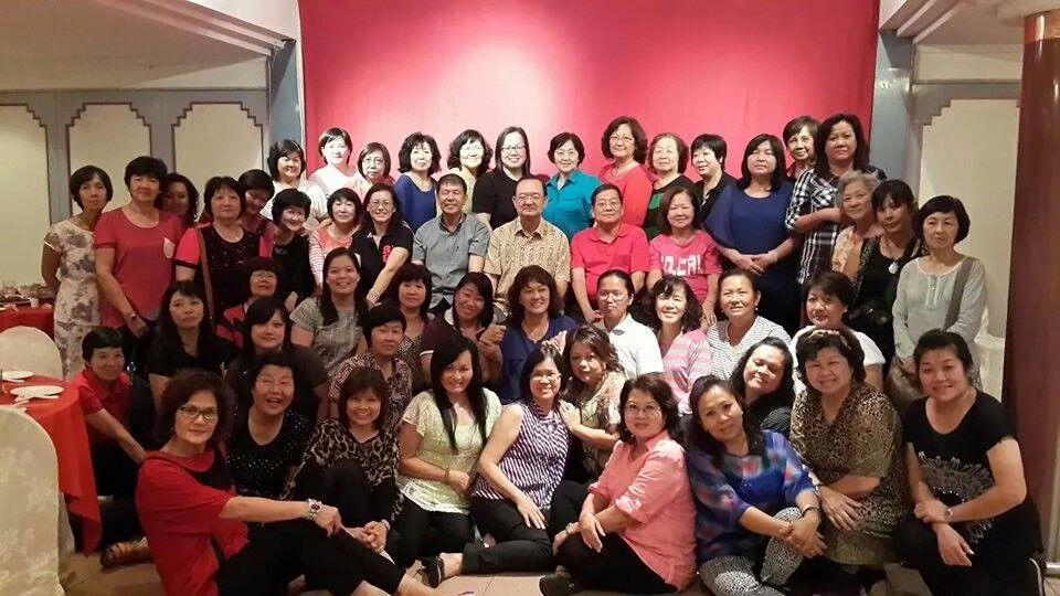 党主席陈华贵、宣教秘书陈超耀及财政邓伦奇与妇女组组员一起合影。
