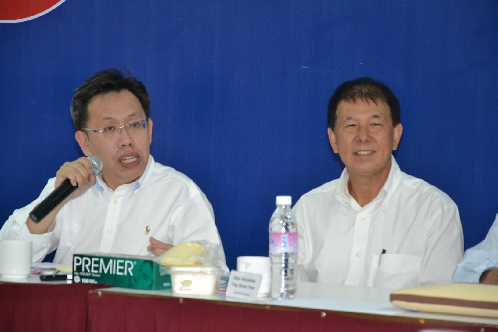 党主席沈桂贤(左)宣布成立6个单位,右为秘书长陈超耀。