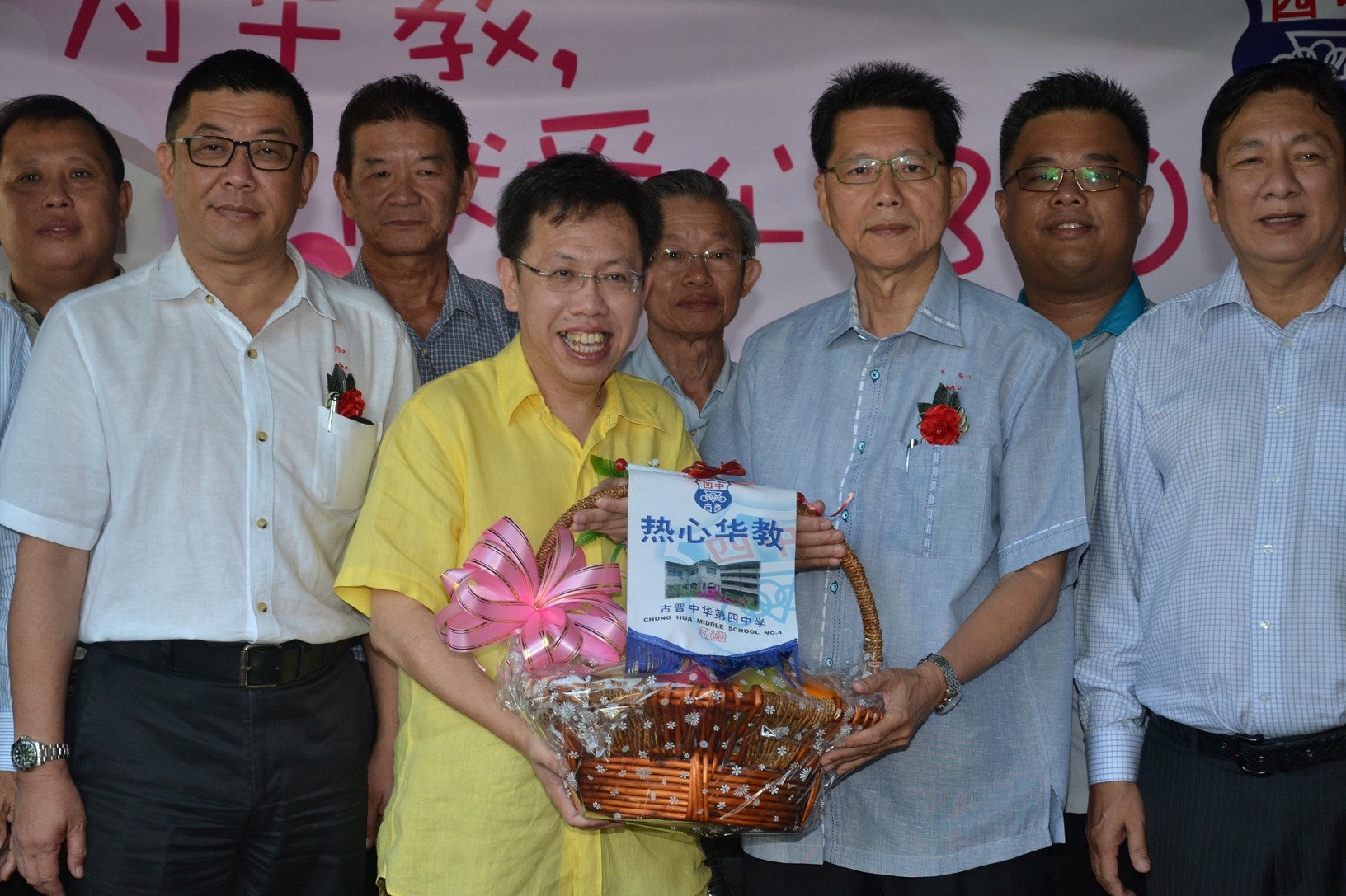 Senator Datuk Sim receiving a souvenir from organising chairman, Sim Zu Peng .