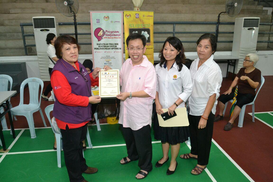 沈桂贤颁发感谢状予政府部门的代表。