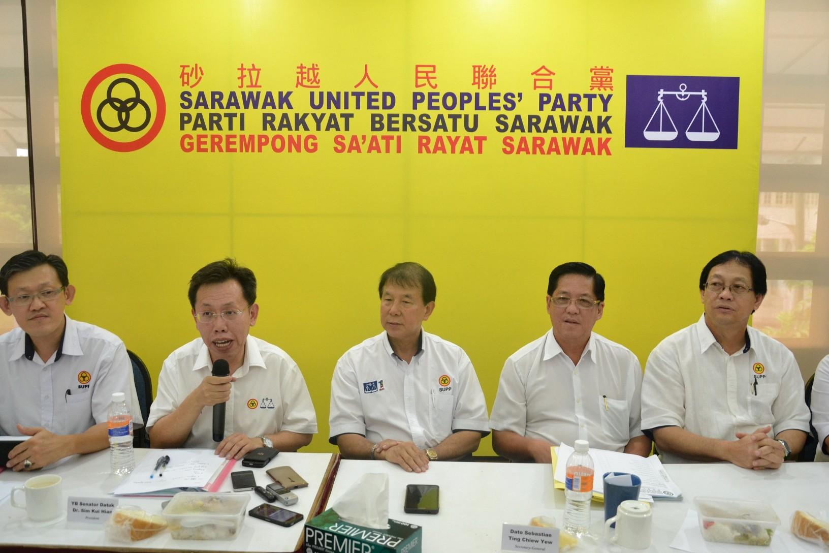 党主席沈桂贤在记者会上发言,左起为署理秘书长薛华东、沈桂贤、秘书长陈超耀、石角支部主席陈如飞及成邦江区州议员法兰西斯哈登。