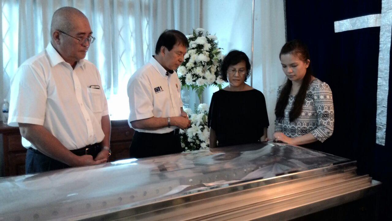 人联党秘书长拿督陈超耀律师及宣教秘书俞小珊瞻仰威廉甘尼遗容。