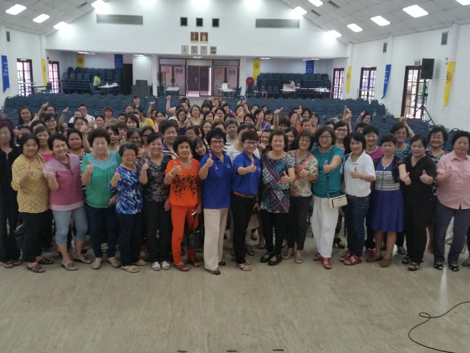 人联党妇女组主席拿汀徐美丽及该组问郑荔嫔移交一个马来西亚社区组委任信函后,与该组组员合影。