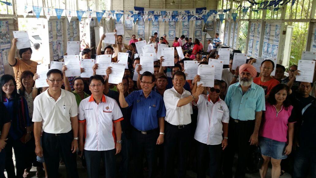 众人展示政府发出的通知信。