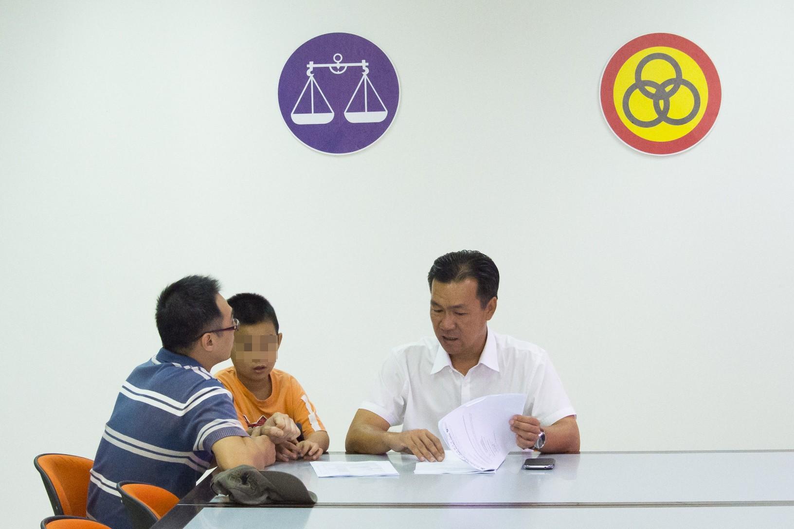 人联党公共投诉局主任叶耀星律师聆听男事主诉说其难题。经当事人要求,脸孔皆打蒙