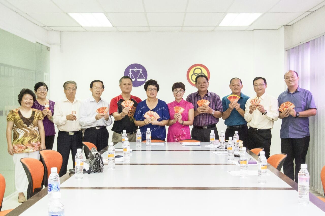 Tnay and Chee (fifth and sixth right respectively) together  with committee members , and various  Chinese  Clan and Community  Association representatives.