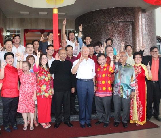 首相纳吉(右三)与沈桂贤(左三)等人一起捞生,右是砂副首长亚弗烈查布、砂首长阿德南、王淑燕和沈林素卿。