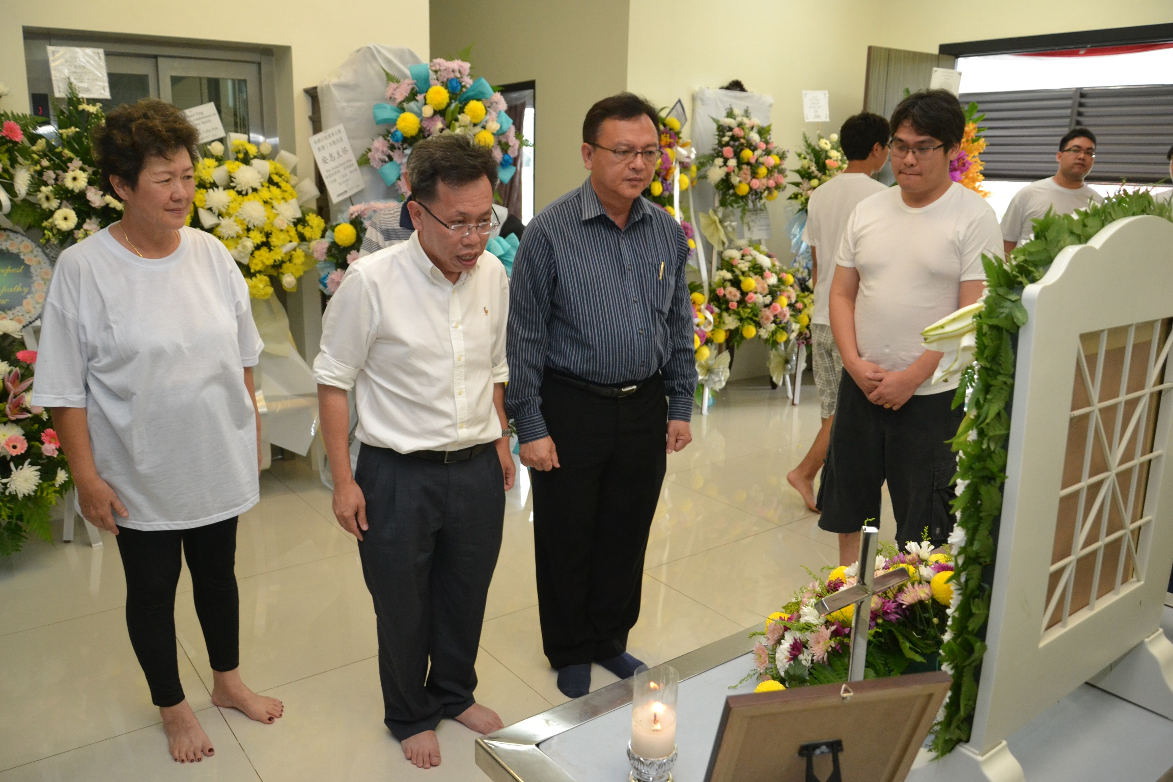 Dr. Sim and Lo Khere Chiang paying their respect at Ting's residence.