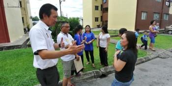 Photos shows SUPP PCB Chief Wilfred Yap with the desludging team from Majlis Perbandaran Padawan and some of the residents of RPR Taman Cahaya Moyan, Batu Kawa at the site