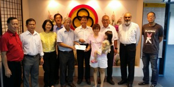 Mr Lee Choon Sen the Chairman of SJK (c) Chung Hua Miri Board of Management presenting a cheque of RM 7050.00 to Mdm Jenny Wee witnessed  by Dato Sebastian Ting, Two Board members , namely Mr Soong Chi Khiong and Mr Lee Khoi Yun and SJK (c) Chung Hua, Miri, Mdm Tan Ai Chu, Principal of the school, Mr Adam Yii, Mr Karambir Singh , Mr Lee Thin Hin and Mr Aries Leong.