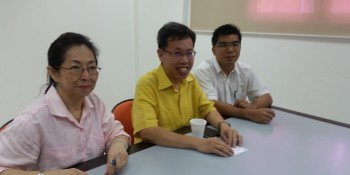 Kuching branch chairman, Datuk Lily Yong, Dr. Sim and Pau at the pc