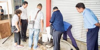 砂拉越人民联合党公共投诉局主任叶耀星监督巴达旺市议会员工进行通渠工作。