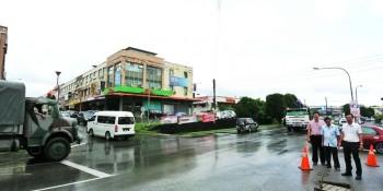 砂拉越人民联合党公共投诉局主任兼N12圣淘沙候选人叶耀星在Stakan十字路口及视察新电缆的安装工程。