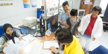 图说砂拉越人民联合党公共投诉局主任叶耀星偕同该名父亲及其小孩在国民登记局办理身份证